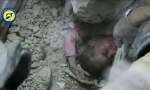 Menina de 5 anos é retirada dos escombros depois de bombardeios em Aleppo