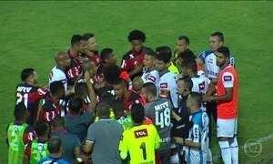 Flamengo vence o Fluminense em jogo polêmico e encosta no líder Palmeiras
