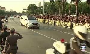 Multidão segue cortejo com o corpo do rei da Tailândia