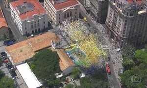 Balões são soltos no centro de SP para celebrar a despedida de 2016