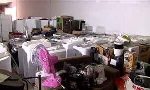 Eletrodomésticos recuperados de saques lotam depósitos no Recife