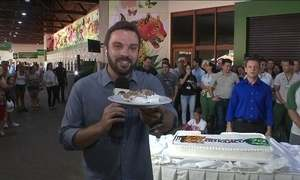 Visitantes são recebidos com bolo de aniversário das Cataratas do Iguaçu