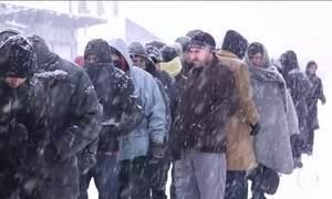 Imigrantes enfrentam frio na região do Balcãs e Grécia