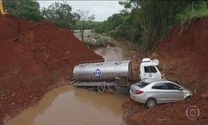 Chuvas de verão destroem rodovias e isolam comunidades em SP