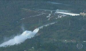 Mais de 180 mil pessoas deixam casas após risco de rompimento de represa na Califórnia