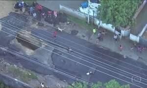 Tubulação de água se rompe e abre buraco no asfalto em bairro do Rio de Janeiro
