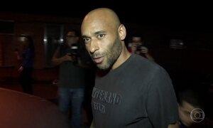 Ex-jogador Edinho, filho de Pelé, se entrega à polícia em Santos, SP