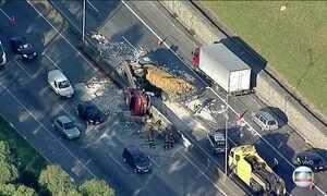 Acidente grave envolve dois caminhões na rodovia Fernão Dias, em SP