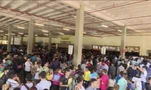 Milhares de pessoas lotam um shopping em Macapá em busca de emprego