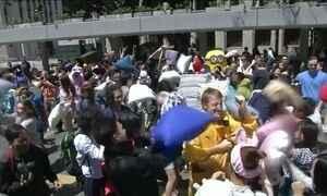 Centenas de pessoas se reúnem em Hong Kong para guerra de travesseiros