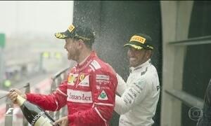 Lewis Hamilton vence o GP da China de ponta a ponta