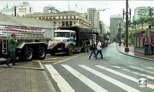 Motoristas de caminhão caçamba fazem protesto em SP