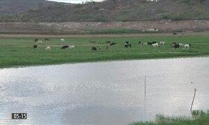 Moradores comemoram a chegada da água a um açude do sertão da PB