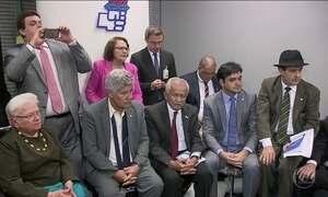 Oposição pede impeachment de Michel Temer ao Congresso