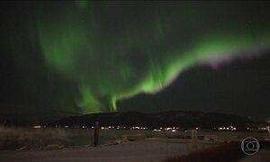 Aurora boreal encanta com espetáculo de luzes no céu