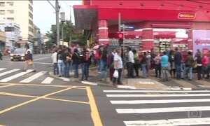Milhares de pessoas formam uma enorme fila em busca de emprego em Campinas (SP)