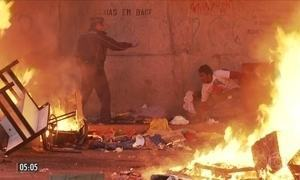 Polícia faz operação para retirar dependentes químicos de praça em SP