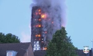 Grande incêndio está consumindo um prédio de apartamentos em Londres