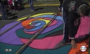 Tradição de enfeitar ruas no feriado de Corpus Christi mobiliza fiéis pelo país