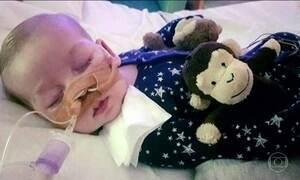 Especialista americano vai ao Reino Unido examinar bebê portador de doença sem cura