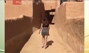 Vídeo de jovem caminhando de minissaia em lugar histórico na Arábia Saudita provoca debate