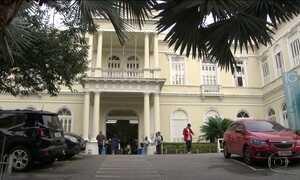 Pacientes madrugam para conseguir atendimento em hospital e são assaltados no RJ