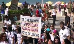 Parentes e amigos fazem marcha pela vida de policiais na praia de Copacabana