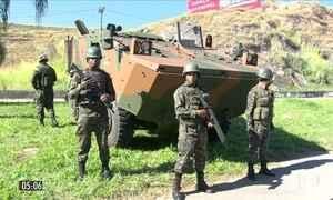 Homens das Forças Armadas levam segurança a moradores do RJ