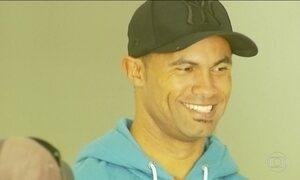 Ex-goleiro Bruno visita instituição onde vai dar aulas de futebol para jovens