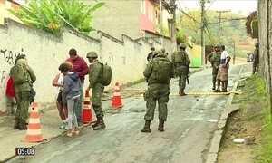 Homens das Forças Armadas fazem operação surpresa no RJ