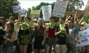 Nos EUA, milhares participam de atos contra e a favor da extrema-direita