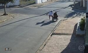 Imagens mostram a frieza de ladrões em assalto a cadeirante em São Miguel Arcanjo (SP)