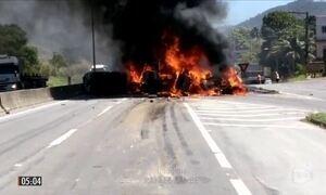 Motorista perde o controle de carreta e provoca a morte de quatro pessoas na BR-101