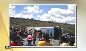 Ônibus de turismo tomba e provoca a morte de cinco pessoas na BA