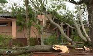 Rajadas de vento destelham casas e provocam queda de postes em Santa Maria (RS)