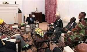 Mugabe e comandante das Forças Armadas do Zimbábue se reúnem