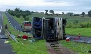 Acidente com ônibus fretado deixa dois mortos e 34 feridos em SP