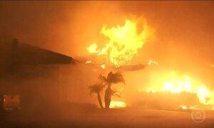 Incêndio florestal obriga saída de moradores de quase oito mil casas na Califórnia