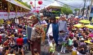 Foliões celebram 40 anos do Galo da Madrugada, no Recife