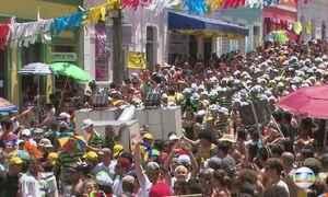 Dois milhões de foliões brincam carnaval nas ladeiras de Olinda (PE)