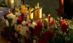 Milhares pessoas prestam homenagens às vítimas do massacre em escola da Flórida