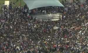 Sobreviventes de massacre nos Estados Unidos fazem manifestação