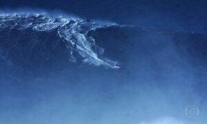Brasileiro Rodrigo Koxa ganha premio por surfar a maior onda da historia