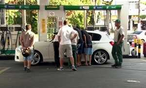 Motoristas fazem fila para conseguir abastecer seus carros