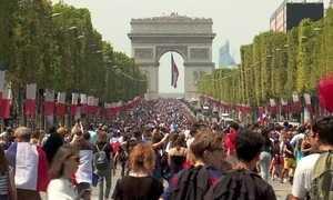 Seleção francesa é recebida com festa na Champs-Élysées, em Paris