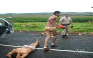 PRF flagra quatro jovens de cuecas na pista da BR-060, em Rio Verde