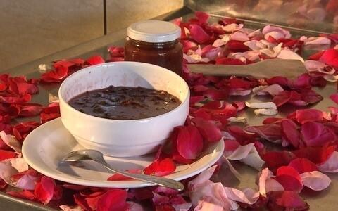 Veja o preparo da geleia com pétalas de rosas