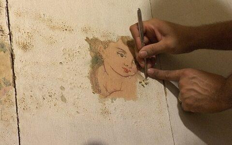 Equipe restaura pintura original em igreja