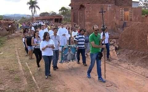Moradores de Bento Rodrigues celebram festa no vilarejo
