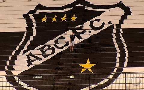 Torcedor pinta escudo do ABC gigante na arquibancada do Frasqueirão